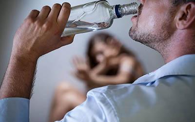 Неадекватное поведение при алкоголизме – Квинмед