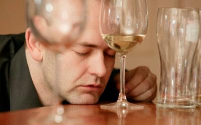 Алкоголик отказывается от помощи - Квинмед