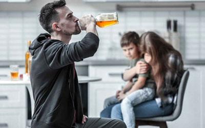 Алкоголик представляет угрозу для окружающих – Квинмед