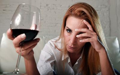 Причины алкоголизма у женщин - Квинмед