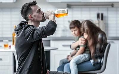Причины алкогольной агрессии - Квинмед